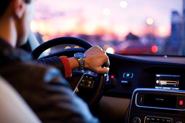 En mand kører i en lækker drømmebil
